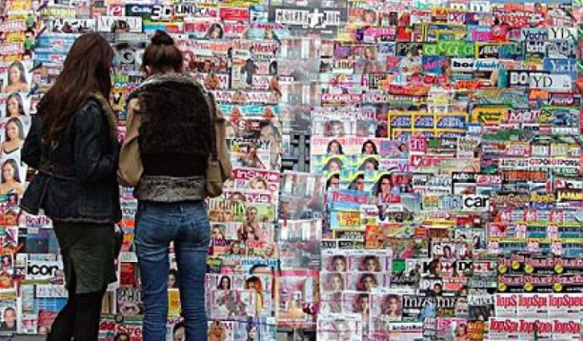 women-looking-at-magazines