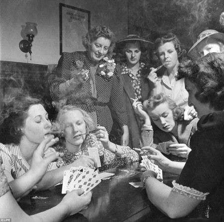women-playing-poker