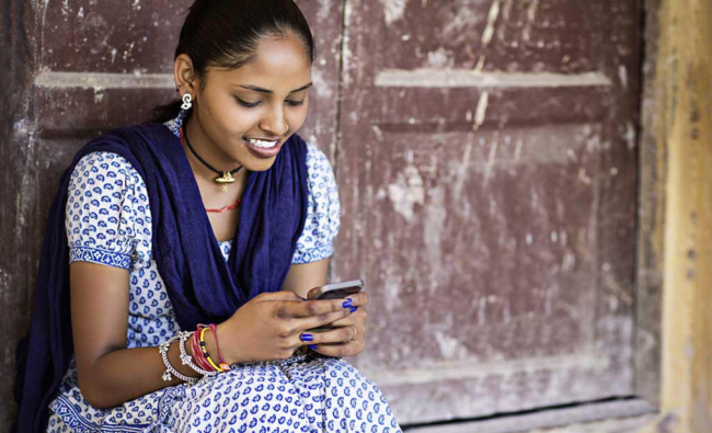 indian-women-with-cell-phone